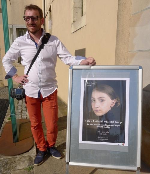 fabien avec l`affiche à Dijon