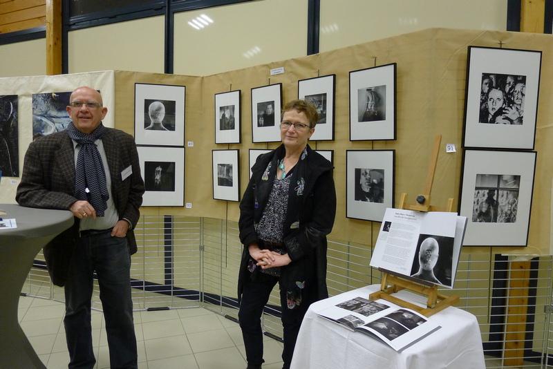 JM V et Evelyne devant série `autoportrait` Ville sur Lumes